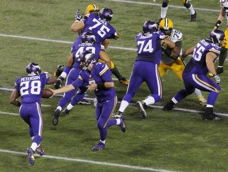 Vikings QB Ponder to RB Petersen