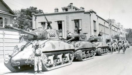 Tanks storm Mossadegh's house