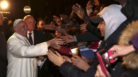 Pope Francis helps homeless at night