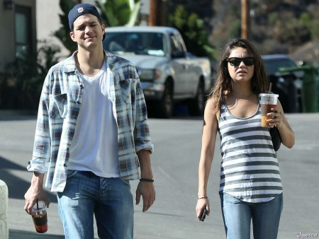 Mila Kunis Ashton Kutcher Engaged: a '70s Show Reunion