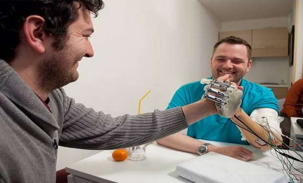 Bionic hand allows amputee to feel what he touches