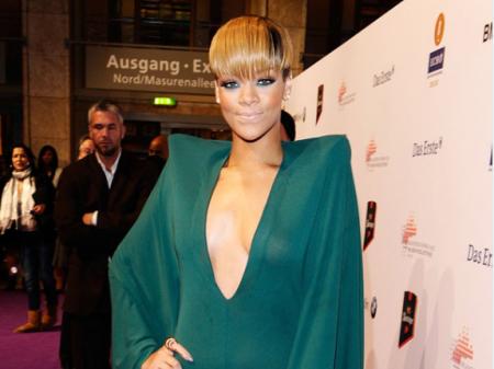 Rihanna Fan Prom Bat Diss Says Love Me Do Not Copy Me?
