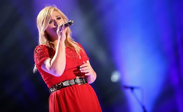 Kelly Clarkson Reveals Her Baby Girl on Twitter