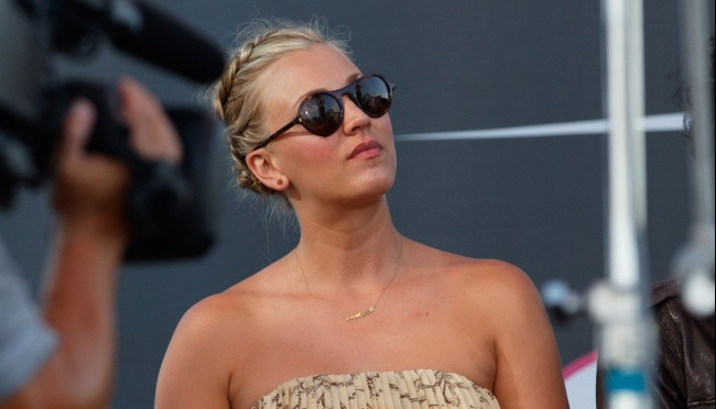 Kaley Cuoco Uses People's Choice Awards to Joke About Controversy